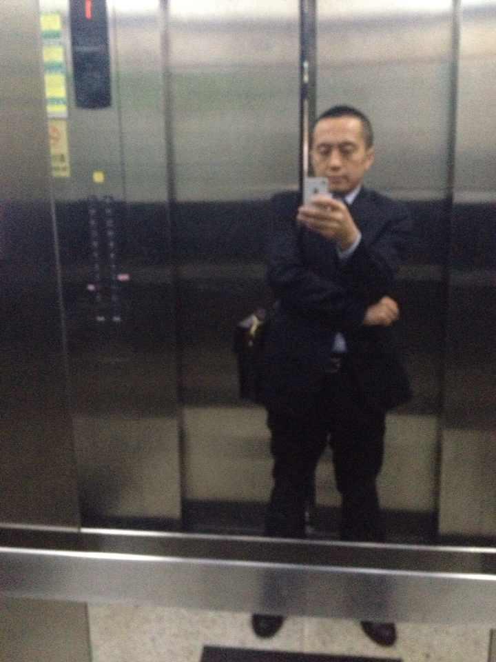 李律师在深圳龙华区人民法院办案