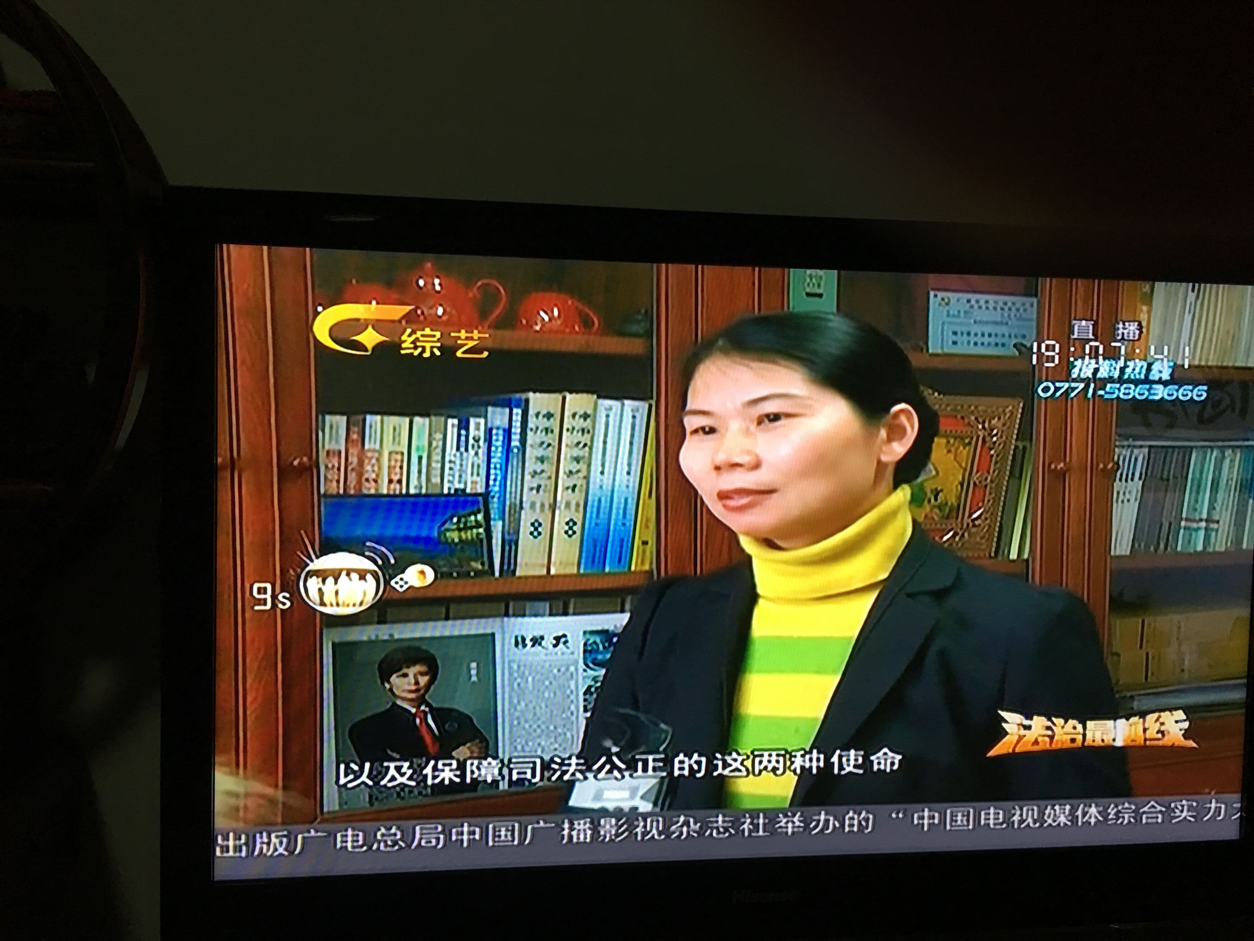 蒋律师接受电视台记者采访