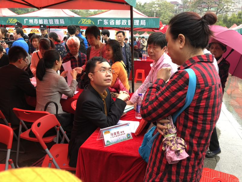 马俊哲律师接受大批群众的现场咨询