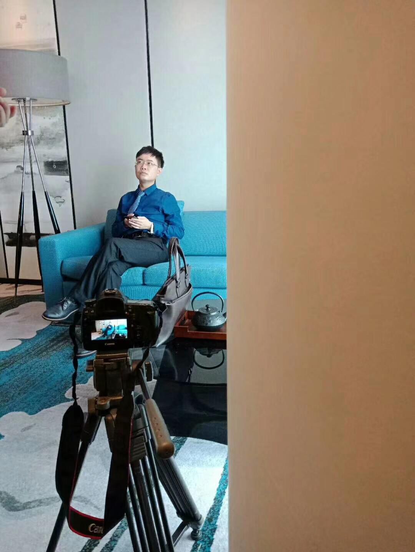准备接受采访的马俊哲律师