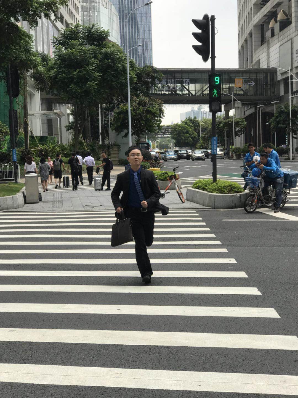 马俊哲律师为了办理案件在街道奔跑中