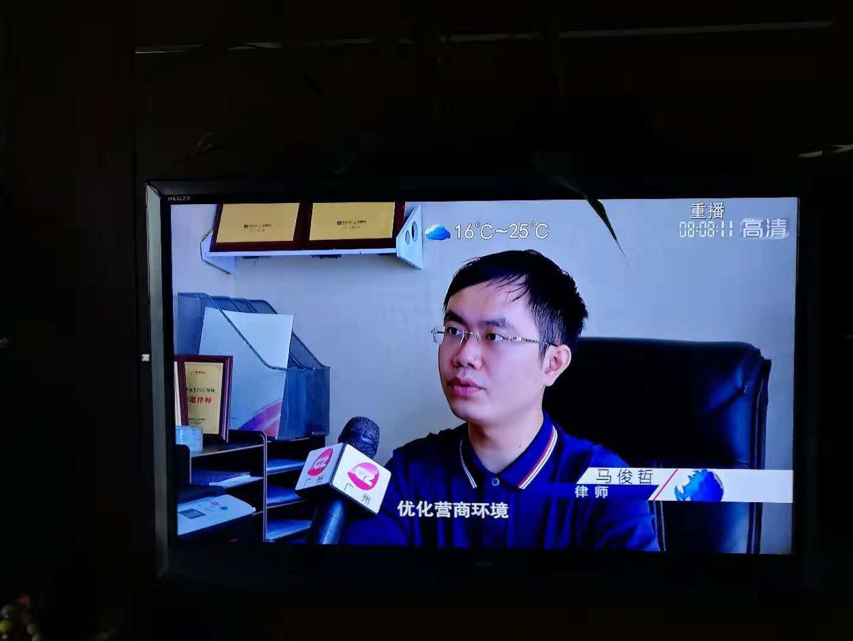 接受电视台采访的马浚哲律师
