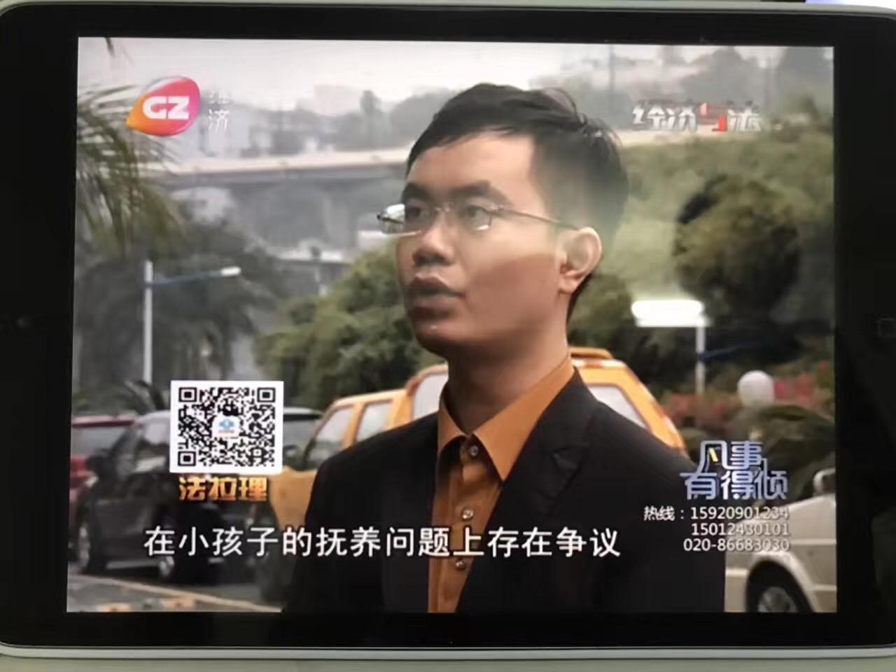 接受电视采访