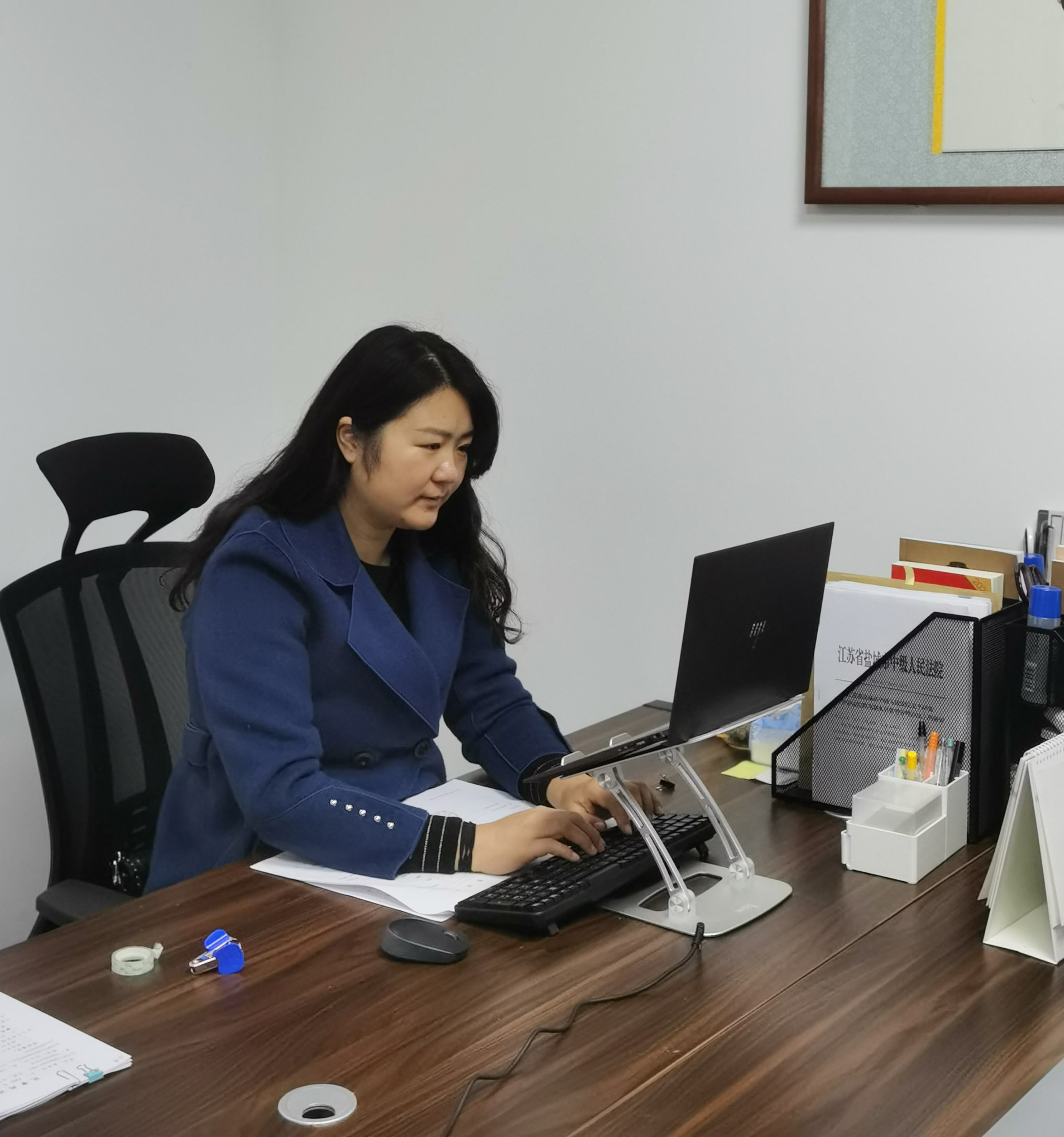王薇薇律师在办公